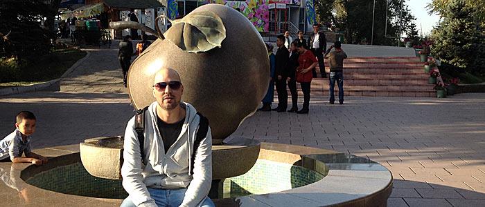 Das obligatorische Foto am Apfel-Denkmal in Almaty. (Quelle: Ruti)