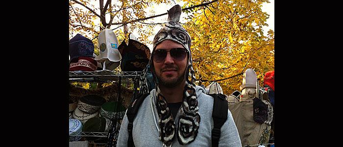 Ruti mit traditioneller Kopfbedeckung Teil 1. Der Souvenirshop auf dem Kök Töbe ist ein Paradies für Mützenliebhaber. (Quelle: Ruti)