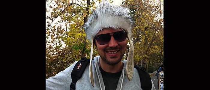 Ruti mit traditioneller Kopfbedeckung. Warum die Ohren von Goofy da dran sind, weiß ich auch nicht. (Quelle: Ruti)