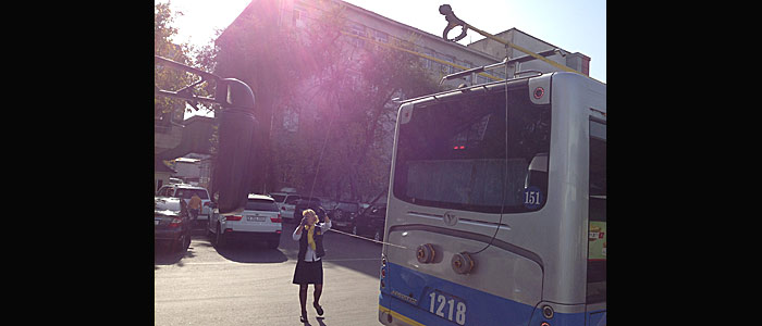 Diese Busfahrerin hängt gerade die Oberleitung ein. (Quelle: ruti)