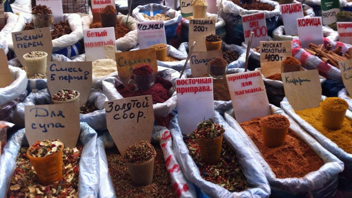 Ein ganz kleiner Ausschnitt der riesigen Auswahl der Gewürze auf dem Green Bazaar. (Quelle: ruti)