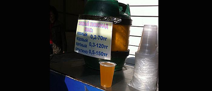 Das ist Kwas, ein leicht alkoholhaltiges Erfrischungsgetränk.