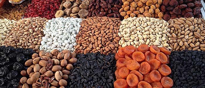 Die brauen Nüsse in der unteren Reihe sind die, die nach Schokolade schmecken. (Quelle: ruti)