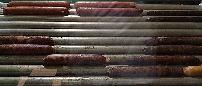 Hotdog-Shop: Zugegeben, die Würstchen sehen nicht gerade lecker aus. Ich wählte das hässlichste oben rechts. (Quelle: ruti)
