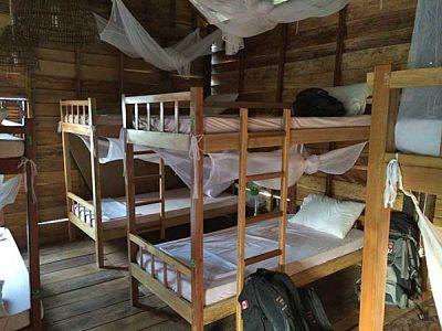"""Mein Bett im Dorm Room """"The Arc"""" (oben). Wer unter mir liegt, erkennt man an der Flagge auf dem Rucksack. (Quelle: ruti)"""