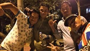 Meine kambodschanischen Rum-Cola-Freunde (Foto: ruti)