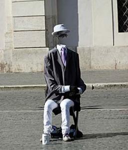 Dieser kopflose Herr war nur einer von vielen Künstlern auf der Piazza Navona. (Foto: ruti)