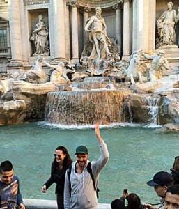 Das Standard-Tourifoto am Trevi-Brunnen: Ruti wirft Münzen hinein, die garantieren, dass er wieder in die ewige Stadt zurückkehrt. (Foto: ruti)