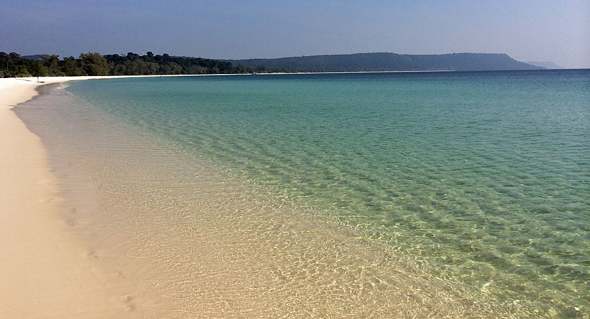 Blick auf den endlosen Strand auf der Rückseite von Koh Rong