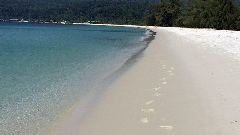 Meine Fußspuren im Sand an der Long Beach auf Koh Rong (Quelle: ruti)
