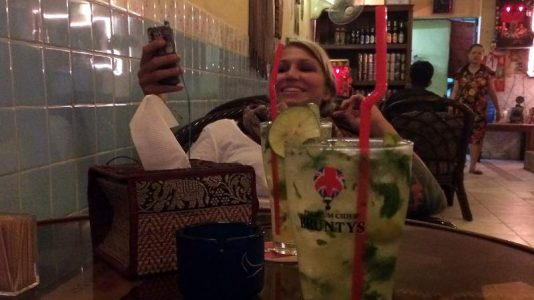 Cocktail trinken mit Isabell in Phnom Penh (Foto: ruti)