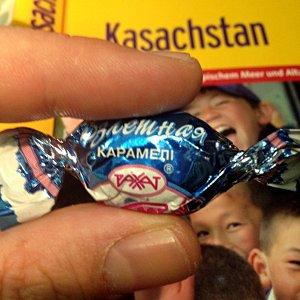 Bonbon bei Air Astana (Foto: ruti)