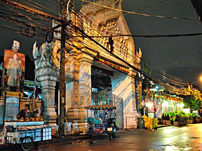 Ein Tempel in Bangkok bei Nacht. (Foto: S.E.)