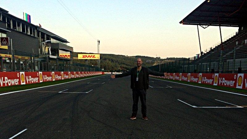 Noch stehe ich auf der Start- und Zielgeraden in Spa, am nächsten Tag werden Vettel, Hamilton und Co. das Rennen von hier aus in Angriff nehmen. (Foto: ruti)