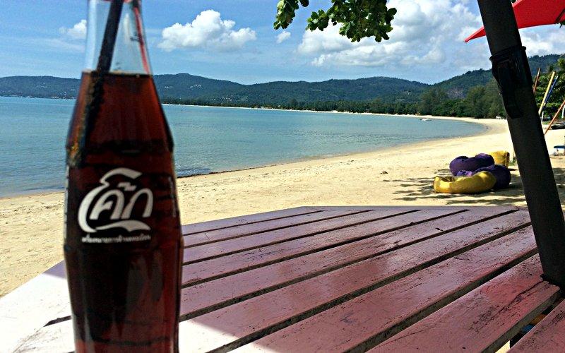 Eine kühle Coca Cola am Strand von Lipa Noi auf Koh Samui (Foto: Ruti)