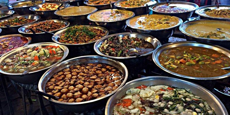 Eine Auswahl an Thaifood auf einem Markt auf Koh Samui (Foto: Ruti)