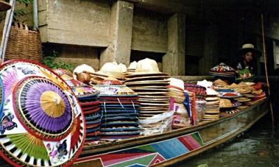 Ein Hüte-Verkaufsboot auf einem schwimmenden Markt in Thailand. (Foto: Ruti)