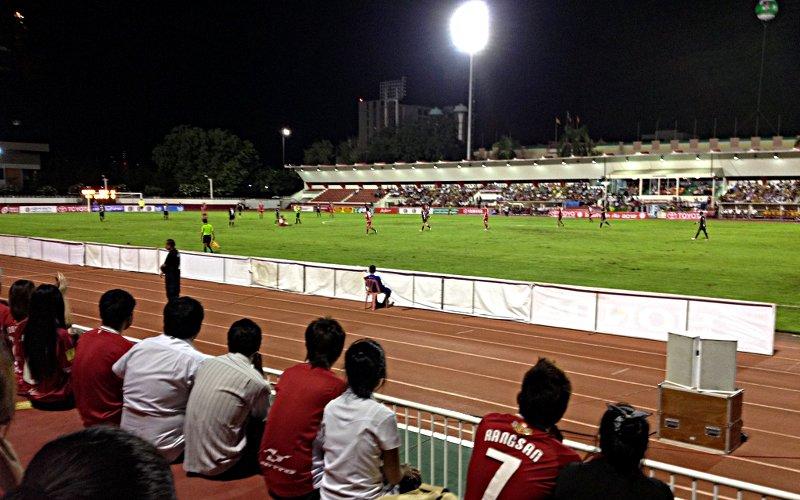 Zu Gast bei einem Fußballspiel in Bangkok (Foto: Ruti)