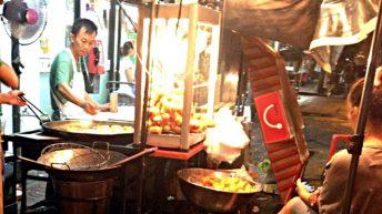 Eine typische Garküche an Bangkoks Straßenrand (Foto: Ruti)