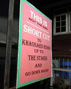 Hinweisschild - Es ist nicht weit bis zur Khaosan Road, der berühmten Backpacker-Straße. (Foto: Ruti)