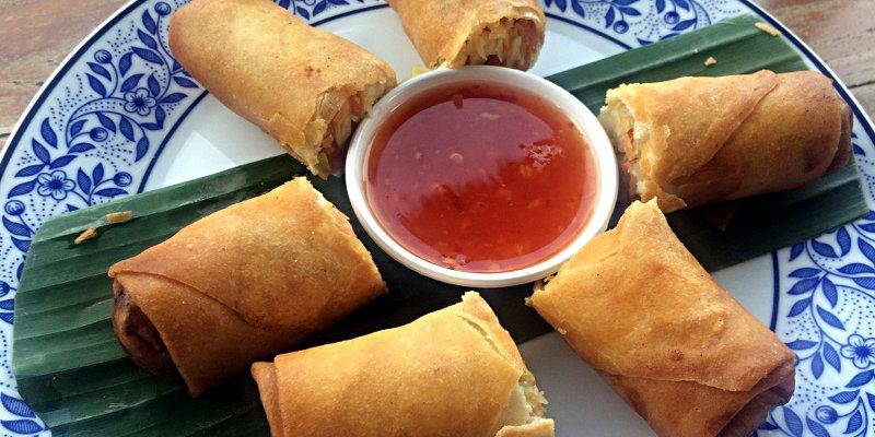 Thai-Frühlingsrollen mit der süß-scharfen Chili-Soße sind ein leckerer Snack. Diese hier sind auf Koh Samui verzehrt worden. (Foto: Ruti)