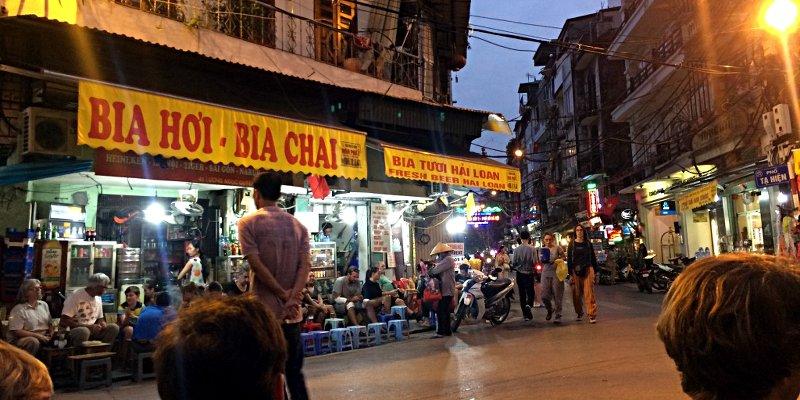 P Ta Hien Ecke P Luong Ngoc Quyen - hier kann man in Hanoi schön frisch Gezapftes für 20 Cent trinken. (Foto: Ruti)