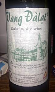 In Vietnam wird auch Wein angebaut und hergestellt. Hier: Weißwein aus Dalat in Vietnam (Foto: Ruti)