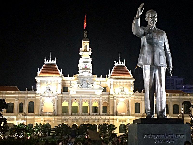 Die Ho-Chi-Minh-Statue vor dem Wiedervereinigungspalast in Saigon (Foto: Ruti)