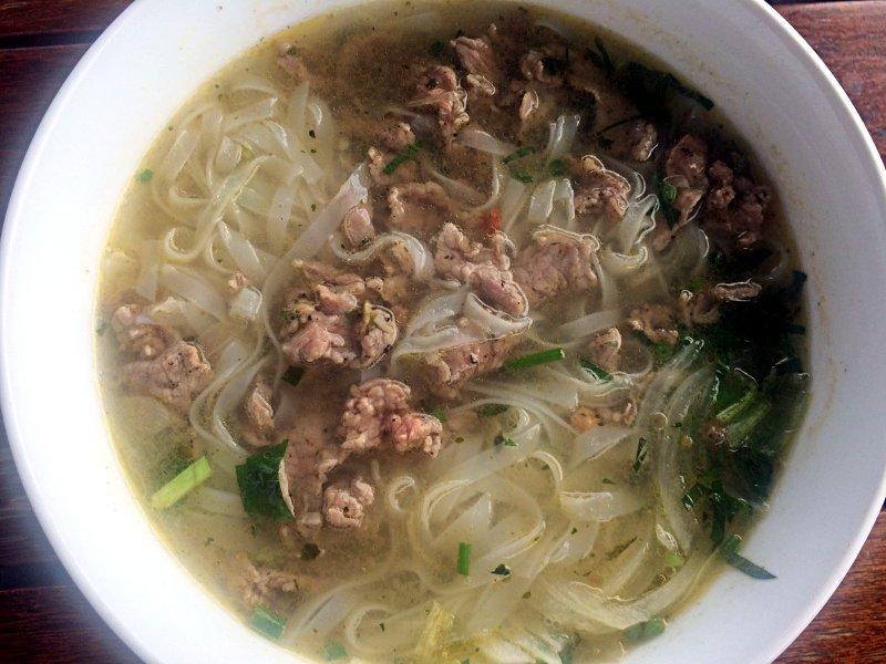 Die Pho-Suppe ist das typische Frühstück der Vietnamesen. (Foto: Ruti)