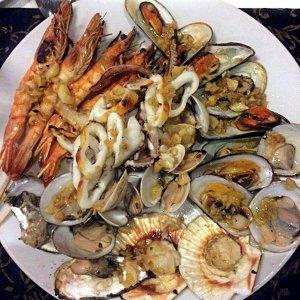 Diese Meeresfrüchte-Platte im Truc Linh 2 Restaurant in Nha Trang war eine der besten, die ich je hatte. Die vielen verschiedenen Muschelarten schmeckten herausragend. (Foto: Ruti)
