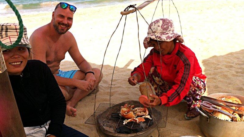 Am Strand in Nha Trang werden frische Krabben direkt an der Liege gegrillt. Dabei kann man noch nett mit den Händlerinnen plaudern. (Foto: Ruti)