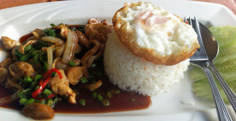 Chicken mit Basil Leaves in Chiang Mai. (Foto: Ruti)