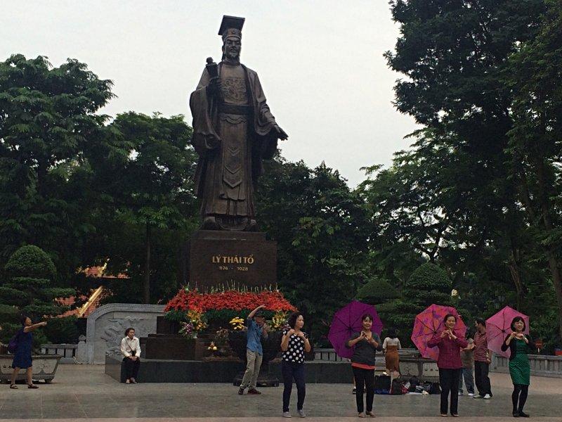 Denkmal des vietnamesischen Kaisers Ly Thai To in Hanoi. Der Platz wird auch gern für Tanzübungen genutzt. (Foto: Ruti)