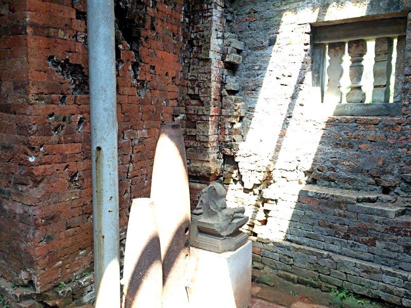 Hier sieht man sehr schön, wie viel besser die Jahrhunderte alte Bauweise der Cham (linke Wand) verglichen mit unseren heutigen Fähigkeiten (rechts) war. Im Vordergrund sind einige Bomben der Amerikaner, die hier abgeworfen wurden, zu sehen. (Foto: Ruti)