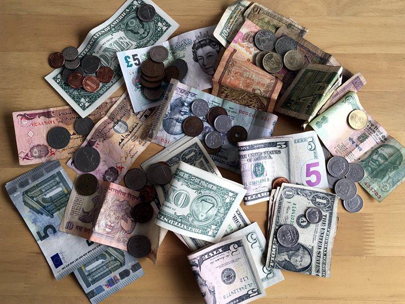 Verschiedene Währungen auf einem Haufen. (Foto: Ruti)