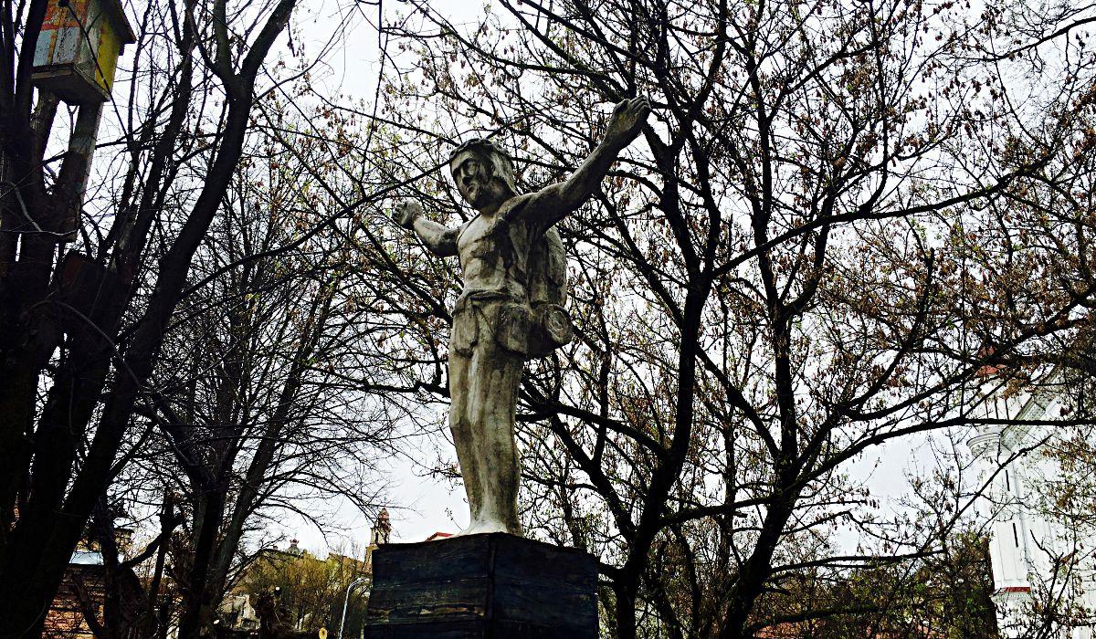 Skulptur vom viel gereisten Backpacker-Jesus in der Künstler-Republik Uzupis in Vilnius, Litauen (Foto: Ruti)