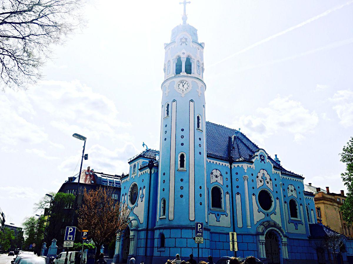 Die St.-Elisabeth-Kirche ist aufgrund ihrer außergewöhnlichen Farbe besser unter dem Namen Blaue Kirche bekannt. Der Sezessionsstil, in dem sie gebaut ist, gibt ihr ein ganz besonderes Erscheinungsbild. Sie sieht aus wie als sei sie aus Marshmallows und man könne sie essen. Andere bezeichnen sie auch als Schlumpfkirche. Für mich ist sie das schönste Gebäude Bratislavas. (Foto: Ruti)
