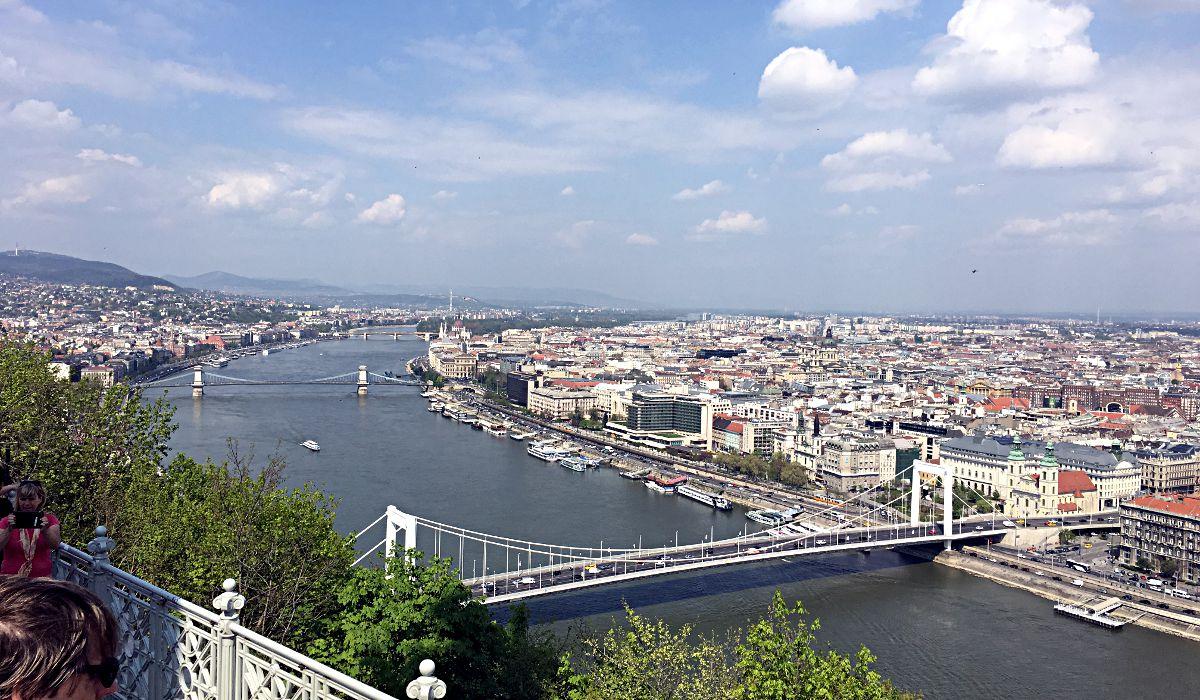 Nochmal Budapest an der Donau von einer anderen Perspektive aus. Im Vordergrund ist die Elisabeth-Brücke zu sehen. (Foto: Ruti)