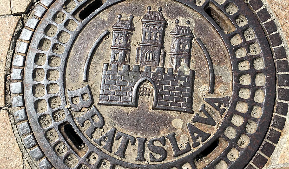 Ein Gullideckel in Bratislava, auf dem das Wahrzeichen der Stadt, die Burg, abgebildet ist. (Foto: Ruti)