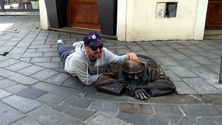 Der Man at Work ist die am häufigsten fotografierte Statue Bratislavas. Ihm auf den Kopf zu fassen, soll Glück bringen. (Foto: Ruti)