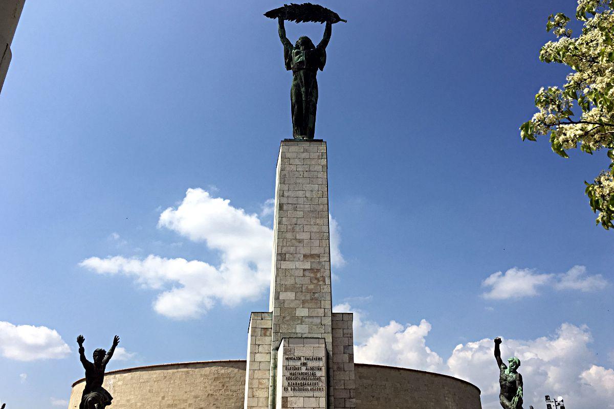 Die Freiheitsstatue von Budapest thront auf einem Berg in Buda. (Foto: Ruti)