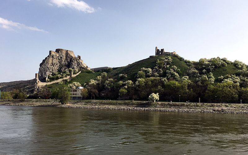 Dieser Berg ist quasi die Grenze zwischen Österreich und der Slowakei, wenn man über die Donau fährt. (Foto: Ruti)