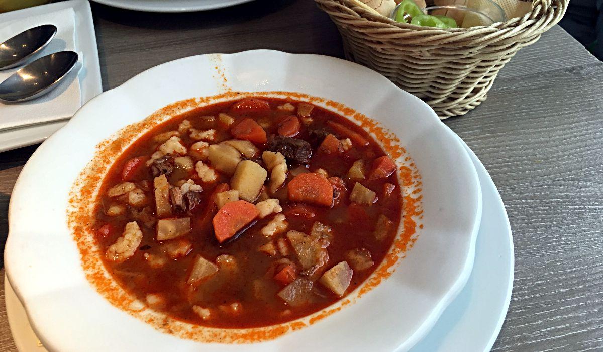 Gulasch ist das ungarische Nationalgericht. Allerdings ist es dort eine Suppe. (Foto: Ruti)