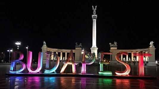 So sieht Budapests Heldenplatz bei Nacht aus. (Foto: Ruti)