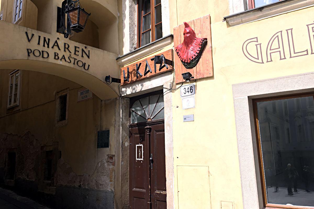 Der rote Kopf zeigt es an: In dieser Straße lebte einst der Henker der Stadt Bratislava. (Foto: Ruti)