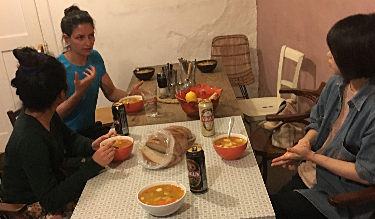 Das Wild Elephant Hostel ist sehr alternativ, die vielen jungen Volunteers kreieren aber eine familiäre Atmosphäre. Hier haben wir gemeinsam Hrstka-Suppe gekocht und gegessen. (Foto: Ruti)