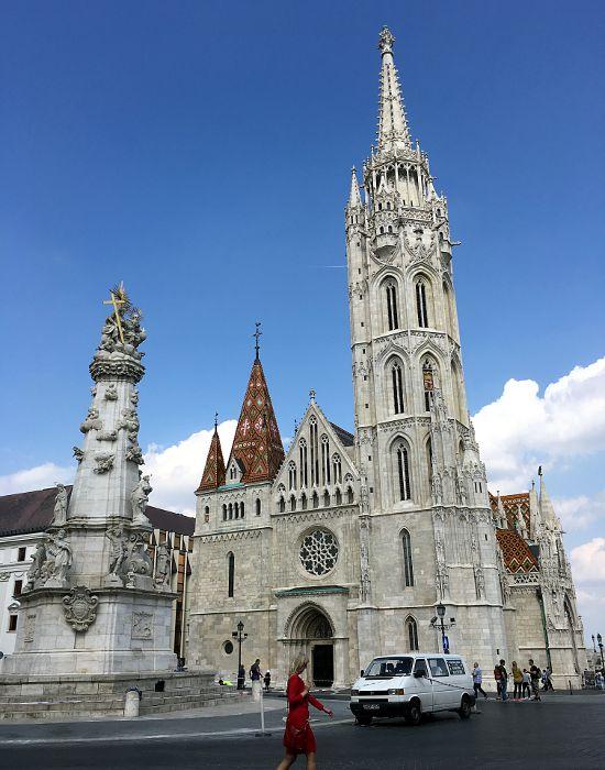 Die Matthiaskirche auf dem Schlossberg in Buda ist ein Hingucker - und auch die Lady in Rot macht das Bild nicht hässlicher. (Foto: Ruti)