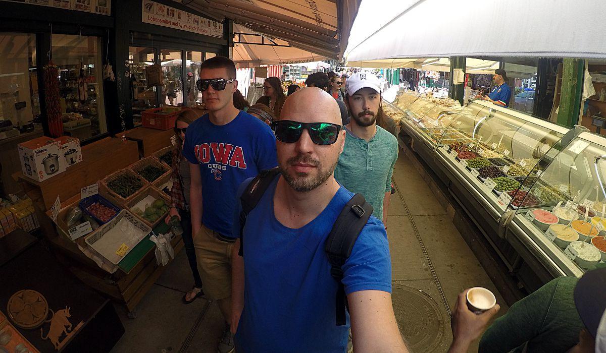 Selfie auf dem Wiener Naschmarkt. Ich habe genau gegenüber gewohnt und bin voll auf den Markt mit all seinen Schweinereien, Restaurants und Cafés abgefahren. (Foto: Ruti)