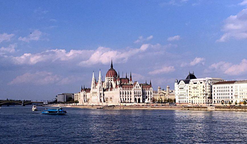 Das Parlament ist gemeinsam mit der St.-Stephans-Basilika das höchste Gebäude in Budapest. Es misst 96 Meter, denn 896 besiedelten die Ungarn dieses Gebiet. Kein Gebäude der Stadt darf höher sein. (Foto: Ruti)