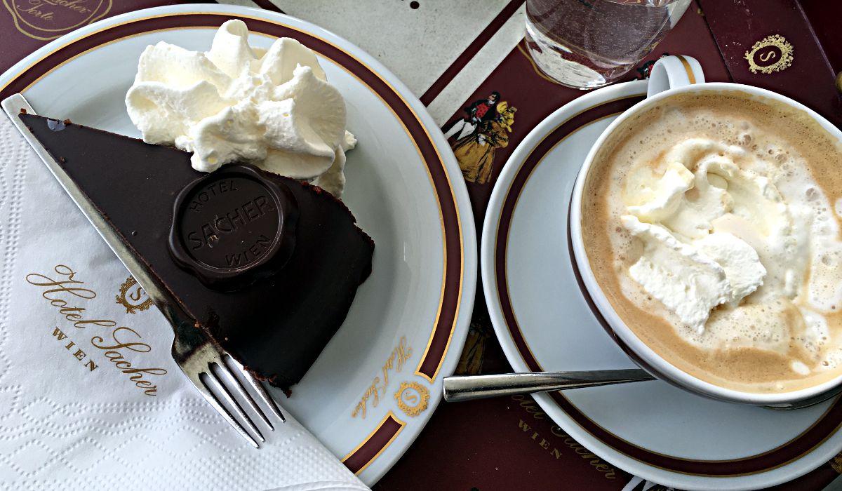 So sieht sie aus, die original Sacher-Torte - nur echt in Kombination mit einer Wiener Melange. (Foto: Ruti)